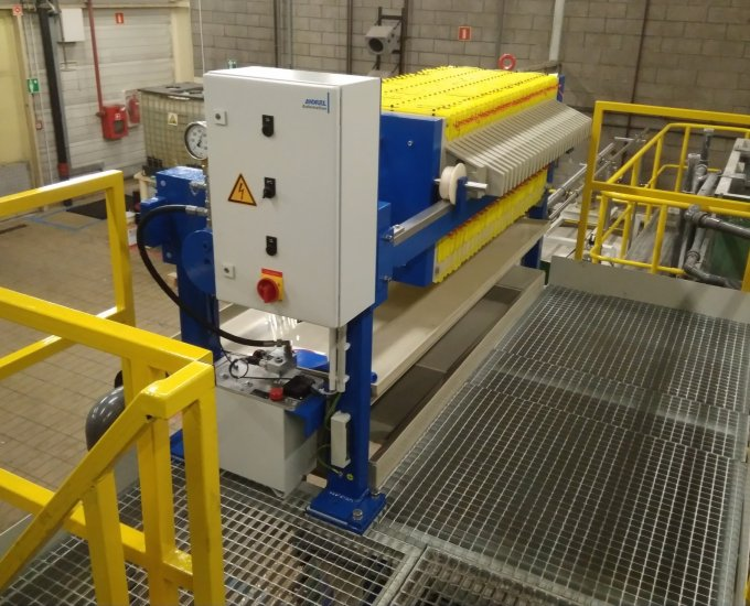 Chamber filter press installation in a chemical plant